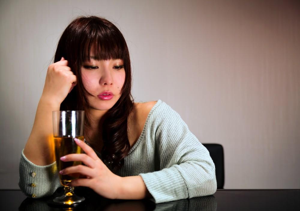 飲みすぎて赤くなる女性